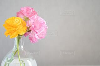 ピンクの花で満たされた花瓶の写真・画像素材[4324538]