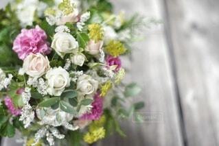 テーブルの上に花束をの写真・画像素材[4709400]
