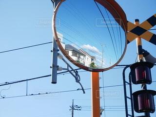 カーブミラーから見る空の写真・画像素材[3944142]