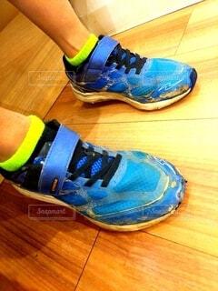 穴だらけの靴の男の子の写真・画像素材[3949695]