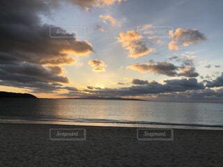 水の体に沈む夕日の写真・画像素材[3946471]