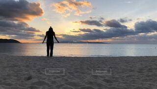 砂浜の上に立っている人の写真・画像素材[3946708]