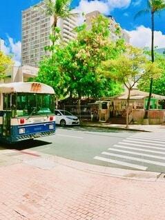 道路の脇に停まっているバスの写真・画像素材[3950882]