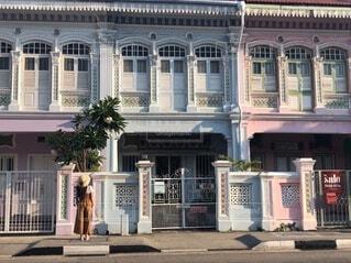 建物と女の人の写真・画像素材[3954897]