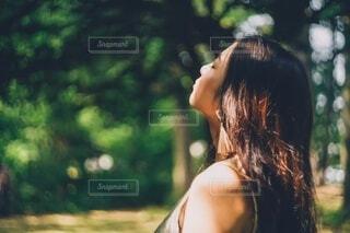 自然と女性の写真・画像素材[4023373]