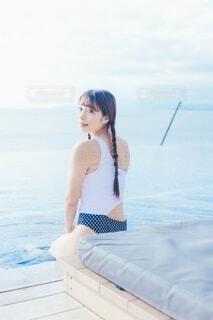 海と三つ編みの女性の写真・画像素材[4023392]
