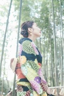 竹の中にいる着物の女性の写真・画像素材[4023397]