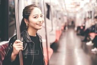 地下鉄の中の女性の写真・画像素材[4023401]