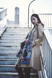 トレンチコートを着た女性の写真・画像素材[4201370]