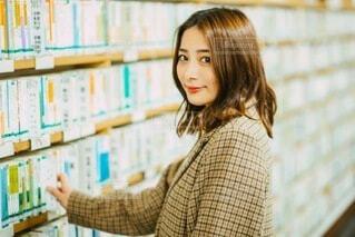 図書館にいる女性の写真・画像素材[4201371]