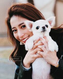 犬と女性の写真・画像素材[4236359]