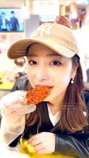 チキンを食べる女性の写真・画像素材[4334485]