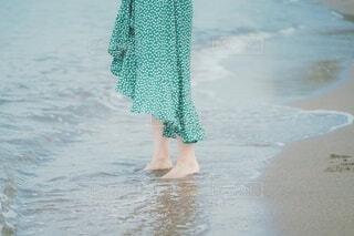 海に入ろうとする女性の写真・画像素材[4649206]