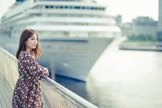 船と女性の写真・画像素材[4654352]