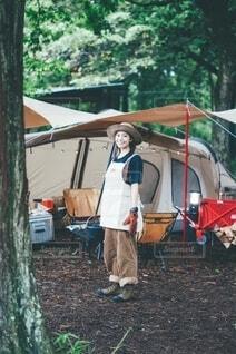 キャンプする女性の写真・画像素材[4707419]