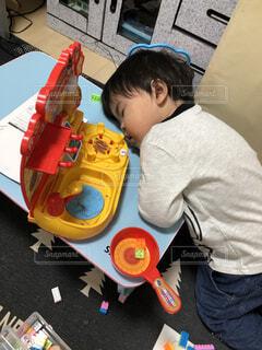 遊び疲れて寝た息子の写真・画像素材[4109370]