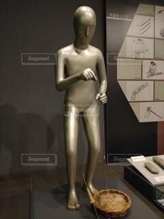 古代の生活で糸を撚る(捻じり合わせる)人の写真・画像素材[4075770]