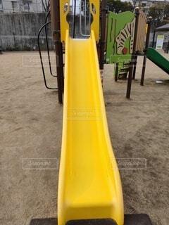 黄色の滑り台(遊具)を正面から見たところの写真・画像素材[4150130]