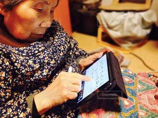 iPadを使うおばあの写真・画像素材[462620]