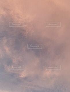 夕陽に照らされてピンクに染まった空の写真・画像素材[4022611]