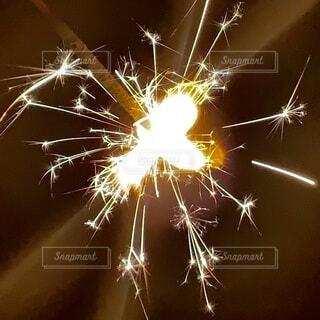 夏の夜の線香花火の写真・画像素材[3967193]