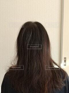 白髪のある女性の後ろ姿の写真・画像素材[4122182]