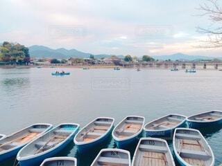 ボートは水の体の隣にドッキングされているの写真・画像素材[3981650]