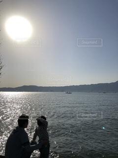 親子で湖の写真・画像素材[4024945]