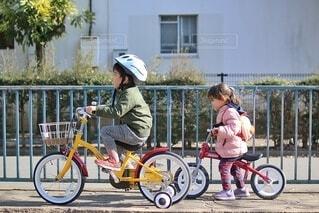 二人で自転車の練習の写真・画像素材[4063563]
