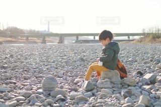 川で休憩している子供の写真・画像素材[4190336]
