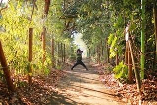 林道でポーズの写真・画像素材[4191258]