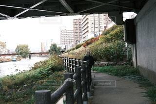 開運橋の下を歩く男性の写真・画像素材[3984959]