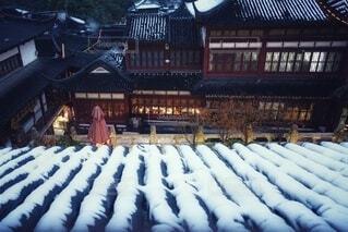 雪が積もった家の屋根の写真・画像素材[3985333]
