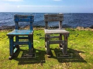 隣り合わせに並ぶ木製のベンチの写真・画像素材[3985577]
