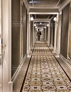 ホテルの廊下を歩く男性の後ろ姿の写真・画像素材[3992029]