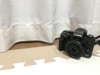 カーテン際のミラーレスカメラの写真・画像素材[4282218]