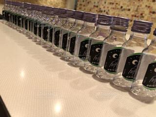 テーブル上の空いた小瓶の写真・画像素材[3989440]
