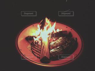 焚き火で焼き芋の写真・画像素材[3990559]