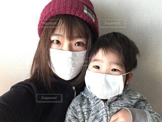 マスクをした親子の写真・画像素材[4380376]