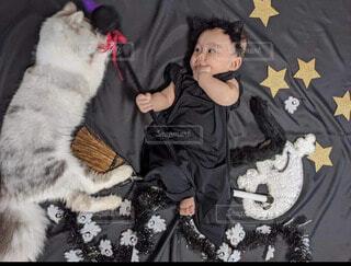 魔法使いの赤ちゃんとかわいい猫ちゃんの写真・画像素材[4045521]