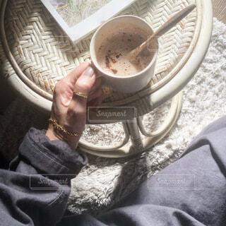 日向ぼっこしながらコーヒータイムの写真・画像素材[4073779]