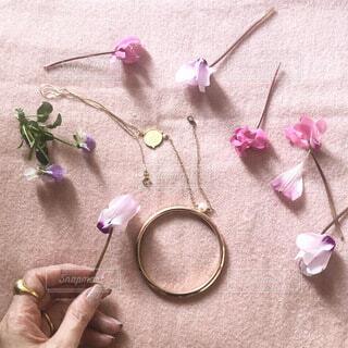 花びらとゴールドアクセサリーの写真・画像素材[4156286]