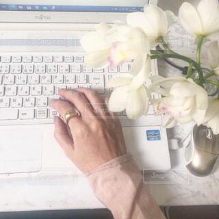 パソコンの横にはお花の写真・画像素材[4191105]