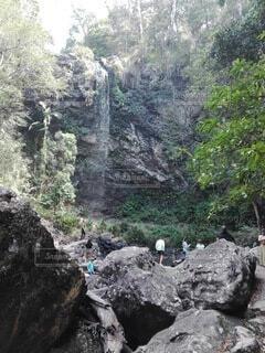 岩の上の人々のグループの写真・画像素材[4001353]