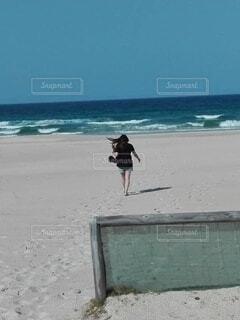 砂浜に立っている人の写真・画像素材[4001356]