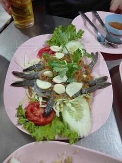 食べ物の皿をテーブルの上に置くの写真・画像素材[4004496]