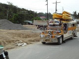 通りを走るトラックの写真・画像素材[4005121]