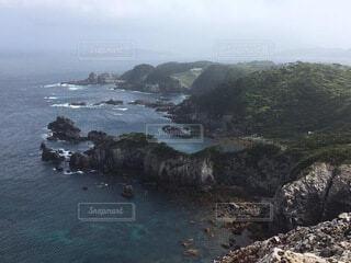背景に山のある水の体の写真・画像素材[4005182]