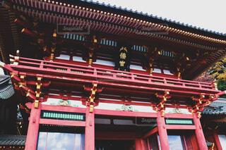 斜め下から鶴岡八幡宮の写真・画像素材[4000754]