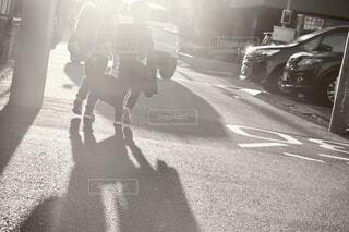 西日に向かい下校する兄弟の写真・画像素材[4000796]